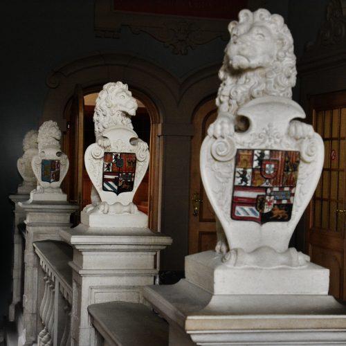 De leeuwen met de wapenschilden - in het gerechtshof
