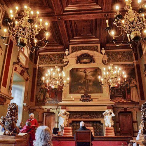 In de grote rechtszaal hangen muurschilderingen van Karel Boom(1858-1939) , die het gerecht ten tijde van Maria van Hongarije voorstellen.