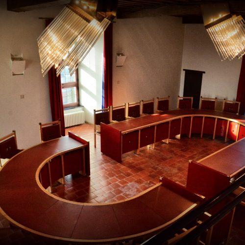 In het gerchtsgebouw...design....de stoelen hebben het kruis van de vensters in de rugleuning...