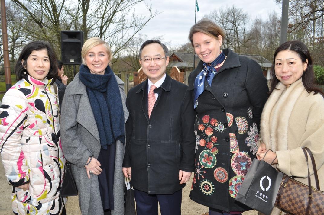 Burgemeester Nadja Vananroye, schepen van toerisme Karolien Mondelaers met Japanse delegatie ambassada