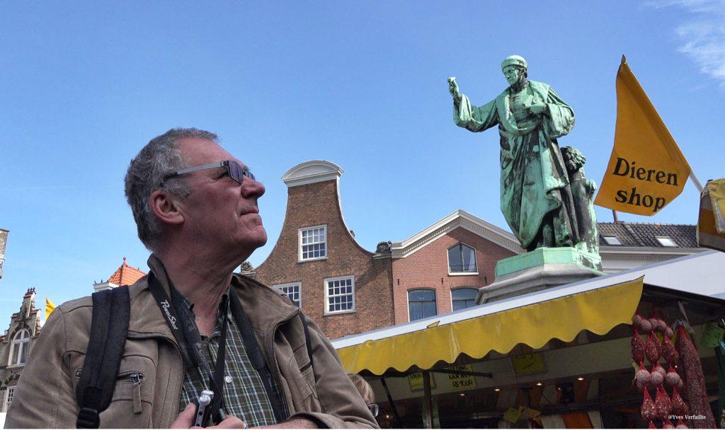 Marc op een marktdag in Haarlem in het bijzijn van Laurens Janszoon Coster, de eerste drukker met losse letters.