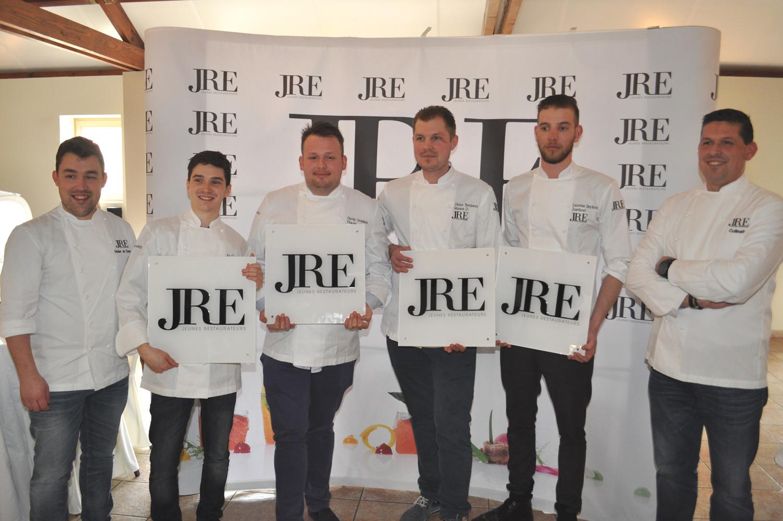 De vier nieuwe leden met voorzitter en secretaris JRE