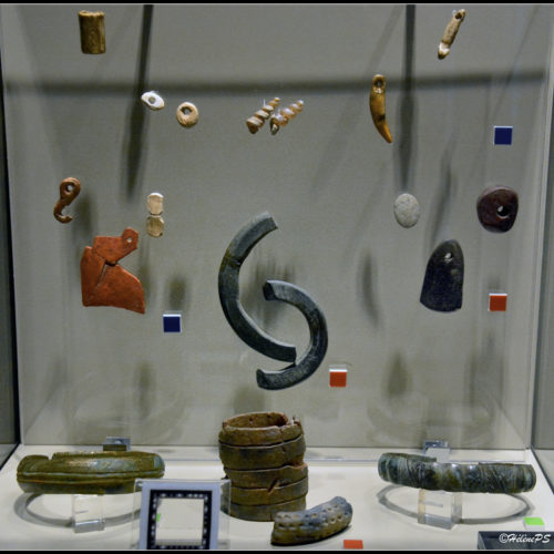 opschik van de prehistorische mens... maar er zijn stukken bij die even goed  nu zouden kunnen gedragen worden!
