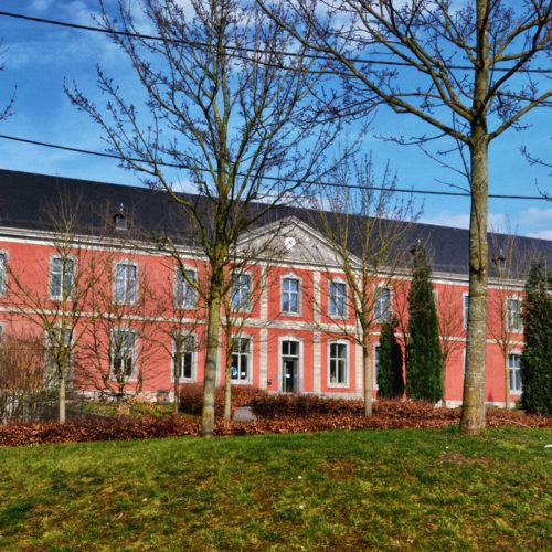 .Val Saint Lambert---De glasfabriek is gevestigd op het terrein van de abdij van Val-Saint-Lambert, de vroegere cisterciënzerabdij van Sint-Lambertus, gesticht in 1202 en opgeheven in 1796. De romaanse kapittelzaal en het scriptorium van de abdij zijn gerestaureerd en worden tot vandaag gebruikt. In 1826 vestigden de stichters van de kristalfabriek zich op de gunstig gelegen site, vanwege de aanwezige ruime gebouwen, de nabijheid van steenkool en de mogelijkheid van vervoer over de Maas...