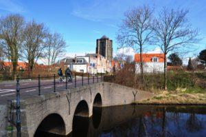 Westerpoort met Dikke Toren op de achtergrond.