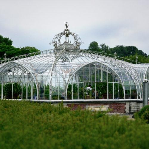 de Balatserre uit 1853, een kunstwerk van staal en glas, een ommuurde tuin van rond 1800.