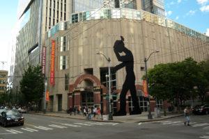 Het Seattle Art Museum met het bewegende beeld The Hammering Man