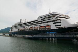 Zicht op het cruiseschip Amsterdam van de rederij Holland America Line (in aanlegplaats Juneau, de hoofdstad van Alaska)