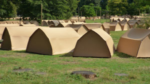 Kamperen in kartonnen tenten