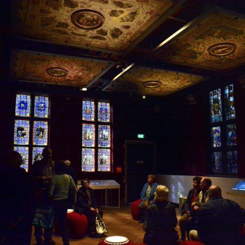 het Ducci plafond---Het plafond was oorspronkelijk een onderdeel van de luxueus ingerichte achterbouw van de residentie(Huidevettersstraat )later het Sterckshof in Antwerpen- later het. Let vooral op de medaillons, centraal geplaatst in de cassettes van het plafond: zij vormden een eerbetoon aan Keizer Karel V, beschermheer van Ducci (deze laatste was ook de bankier van de keizer). En daarmee wordt er meteen een link gelegd naar Mechelen, de stad waar Keizer Karel opgroeide.Er zijn nog redenen waarom het plafond op zijn plaats is in het Museum Hof van Busleyden. Het is immers een zeldzame, maar luistterijke getuige van hoe stadspaleizen er in de zestiende eeuw uitzagen.