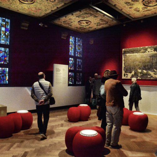 Glasramen 1950 - Jean-Pierre Tuerlinckx---Het Ducci- plafond was oorspronkelijk een onderdeel van de luxueus ingerichte achterbouw van de residentie in Antwerpen. Let vooral op de medaillons, centraal geplaatst in de cassettes van het plafond: zij vormden een eerbetoon aan Keizer Karel V, beschermheer van Ducci (deze laatste was ook de bankier van de keizer). En daarmee wordt er meteen een link gelegd naar Mechelen, de stad waar Keizer Karel opgroeide.Er zijn nog redenen waarom het plafond op zijn plaats is in het Museum Hof van Busleyden. Het is immers een zeldzame, maar luistterijke getuige van hoe stadspaleizen er in de zestiende eeuw uitzagen. Wie was DUCCI? Gaspare Ducci werd geboren in Pescia (Italië) in 1495, maar verhuisde in 1515 naar Antwerpen, waar hij als lid van de Florentijnse Natie uitgroeide als succesvol handelaar en geslepen speculant. Hij kon zijn macht snel laten groeien en in 1547 werd hij benoemd tot keizerlijke raadsheer en kreeg hij zelfs een adelijke titel.