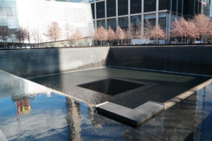 Het 9/11 Memorial met het Museum en de South Pool, één van de twee herdenkingsvijvers.
