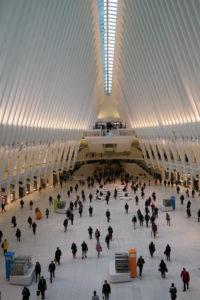 Mensenmassa's in de hall van het nieuwe Calatrava-station van het WTC.