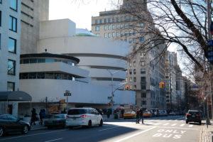 Buitenzicht van het Salomon R. Guggenheim Museum aan de Museum Mile (Fifth Avenue)