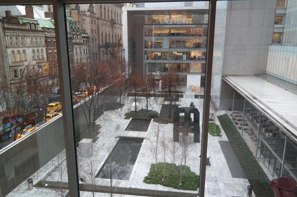 De binnentuin van het moderne museumcomplex MoMA.