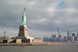 Liberty Island en Lower Manhattan gezien vanaf de boottocht met Statue Cruises