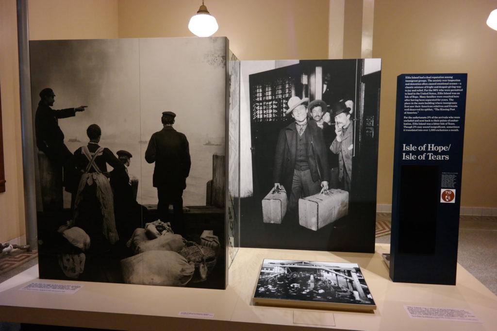 """Ellis Island wordt bijgenaamd het """"Eiland van hoop en tranen""""."""