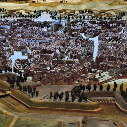 De maquette in het midden van de zaal toont de stad in het jaar 1747, voordat het door de Fransen werd ingenomen. Omdat de vesting onneembaar lijkt, krijgt de stad de bijnaam 'La Pucelle', de Maagd. In 1747 lukt het de Fransen toch om Bergen op Zoom in te nemen. Bergen op Zoom voldoet op dat moment aan de inzichten van meestervestingbouwer Menno van Coehoorn en beschouwd als de sterkste vesting van de Republiek. Na twee maanden valt op 16 september de vesting na een Franse stormaanval, die als een complete verrassing komt voor de bevelhebbers van de stad.