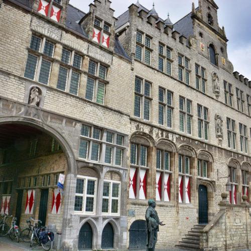 """Het tegenwoordige gebouw van het stadhuis is ontstaan uit samentrekking van het huis """"de Oliphant"""", het raadhuis en het huis """"Leeuwenberg""""; de beide laatste zijn in 1611 van een natuurstenen gevel voorzien. Het eigenlijke raadhuis, tussen Oliphant en Leeuwenberg, werd na 1397 gebouwd, toen het vorige verbrand was."""
