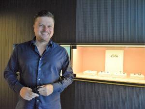 Jochen Leën toont een collectie zeer waardevolle edelstenen.