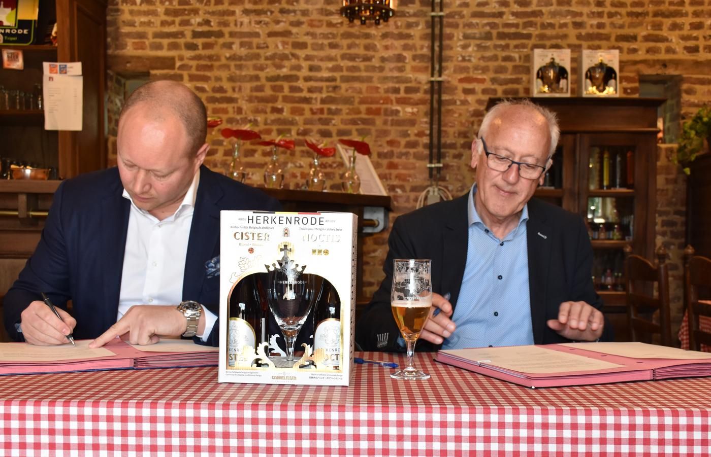 Ondertekening-samenwerking-Brouwer-Jef-Jr-Cornelissen-en-vzw-Herkenrode-vz-Willy-Orlandini