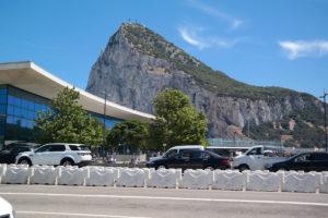 De grensovergang Spanje-Gibraltar met links de luchthaven en rechts de beroemde rots