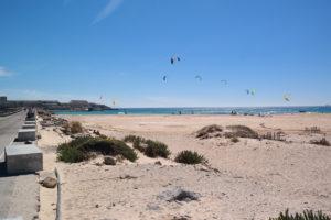 De Playa Chica met op de achtergrond het Isla de las Palomas = het meest zuidelijke punt van het Europese vasteland