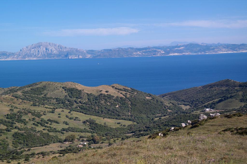In de buurt van Tarifa: Marokko (bovenaan) ligt op amper 14 km afstand over de Straat van Gibraltar
