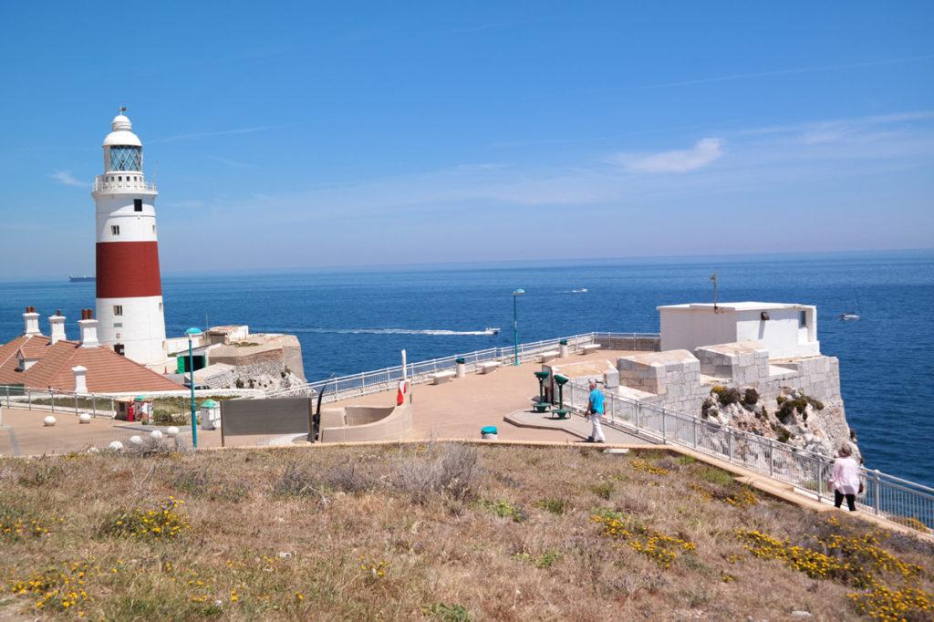 Punta de Europa met de vuurtoren. Marokko ligt op de achtergrond