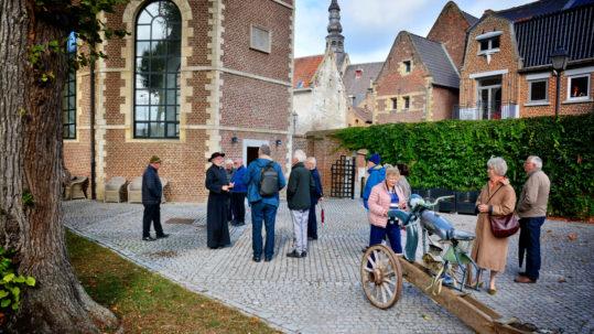 een deel van onze groep met mijnheer pastoor als gids... aan de Sint- Ursulakapel