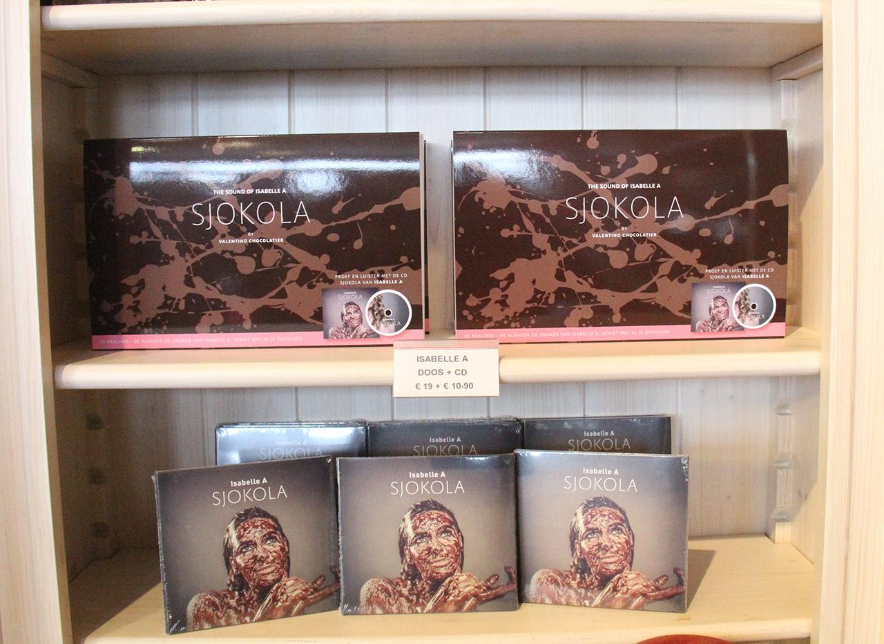 De geschenkdoos  'Sjokola - The Sound of Isabelle A by Valentino Chocolatier' en de cd Sjokola