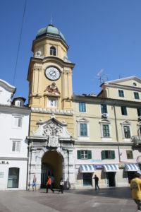 Stadstoren met uurwerk en tweekoppige Habsburgse adelaar