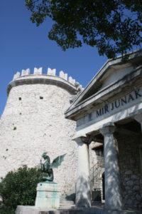 Trsat met vesting, kasteel, toren, tempel en mausoleum met draak