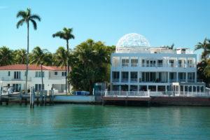 Met een bootexcursie langs de eilanden van de stars (rechts het optrekje van Ricky Martin)