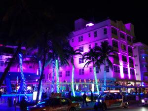 Ocean Drive 's avonds met het uit 1939 daterende feeërieke The Clevelander Hotel
