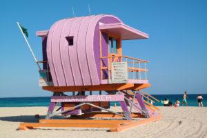 Miami Beach: een wereldbekende hulppost - Lifeguard stand genoemd – op het strand. In totaal zijn er 35 waarvan 6 nieuwe (zoals op de foto) uit 2015.